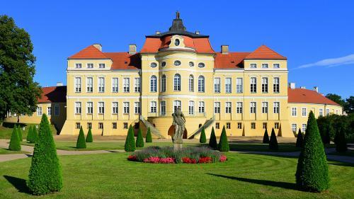 1200px-Pałac_w_Rogalinie_(4)